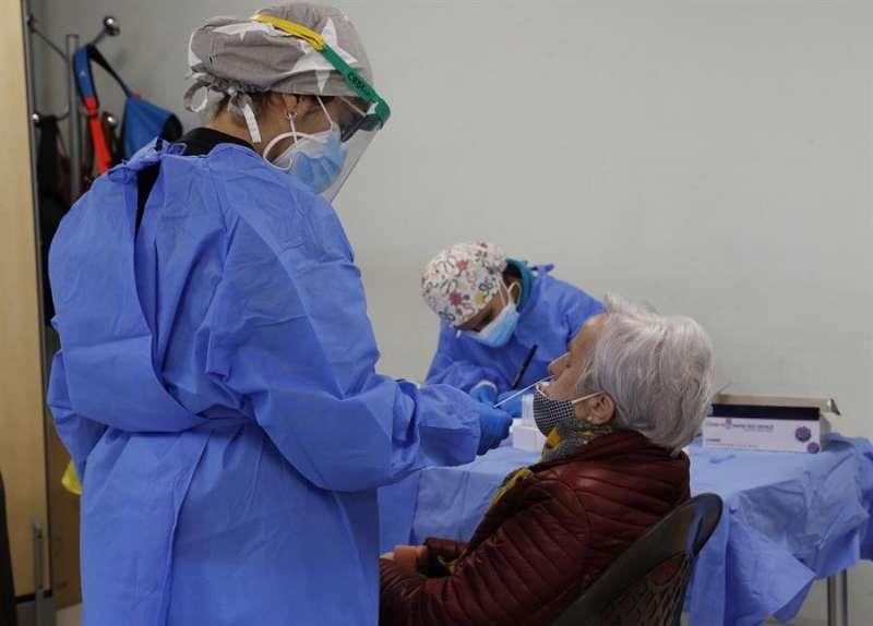 Sanitario haciendo prueba PCR