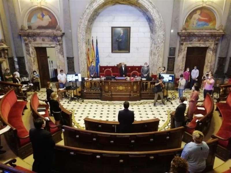 El pleno de València, en el minuto de silencio por las víctimas de la COVID-19, en una imagen compartida por el Consistorio.