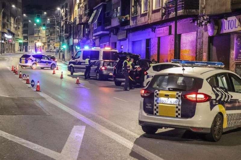 Un control de la Policía Local de Alicante en una foto facilitada por el Ayuntamiento. EPDA / EFE