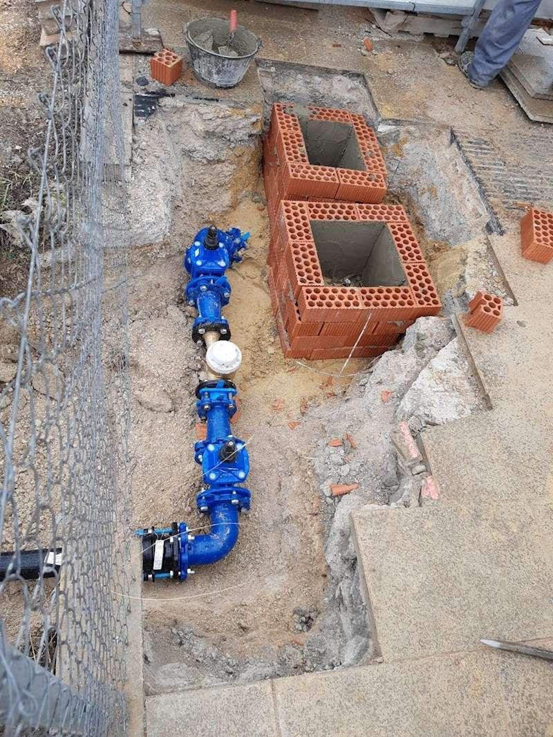 Imagen de la acometida para el agua potable para el hospital de campaña, facilitada por Emivasa. EFE