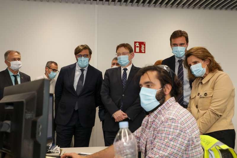 Instante la visita de Ximo Puig y Teresa Ribera a la empresa Power Electronics en Llíria. / EPDA